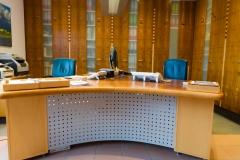 Büroeinrichtung: Schreibtisch, Tischfläche mit Leder bezogen, Aktenschrank